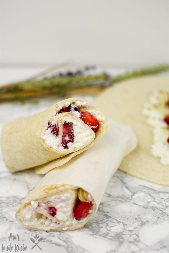 Protein Frühstücks Wraps mit Hüttenkäse und Erdbeeren zum Frühstück.