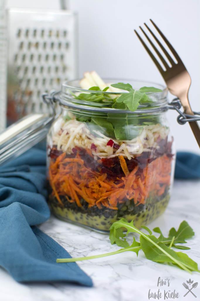 bunter veganer Linsensalat mit Belugalinsen, Rote Bete, Apfel und Dijon Senf Dressing