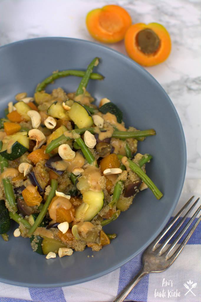 Gemüsepfanne mit Amaranth, Zucchini, grünen Bohnen und Cashews am Mittagstisch