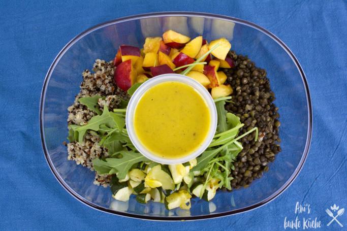 5 Zutaten Rezept - fruchtiger Quinoa-Linsen Salat mit Nektarinen, Rucola und Dijon Dressing in der Lunchbox