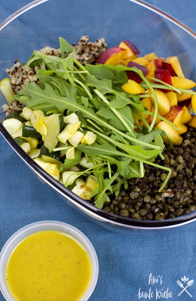 5 Zutaten Rezept - fruchtiger Linsensalat mit Quinoa. Mit Nektarine ein toller Sommersalat für deine Mittagspause.