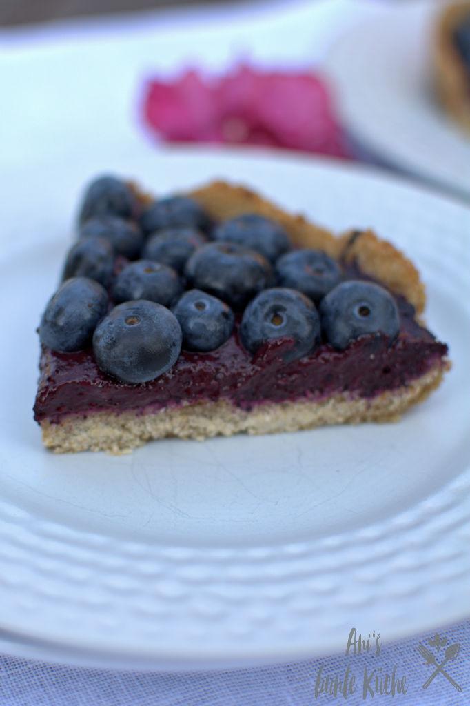 Ein Stück gesunde Tarte mit Blaubeeren. Zuckerfrei und vegan