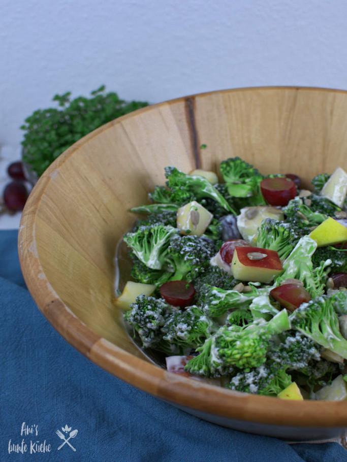 knackiger Brokkoli Salat mit Apfel und Traube
