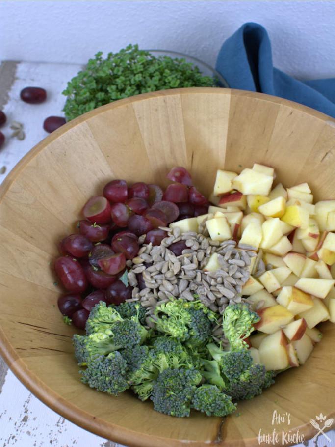 Vier knackige Zutaten für den Brokkolisalat - Brokkoli, Trauben, Apfel, Sonnenblumenkerne