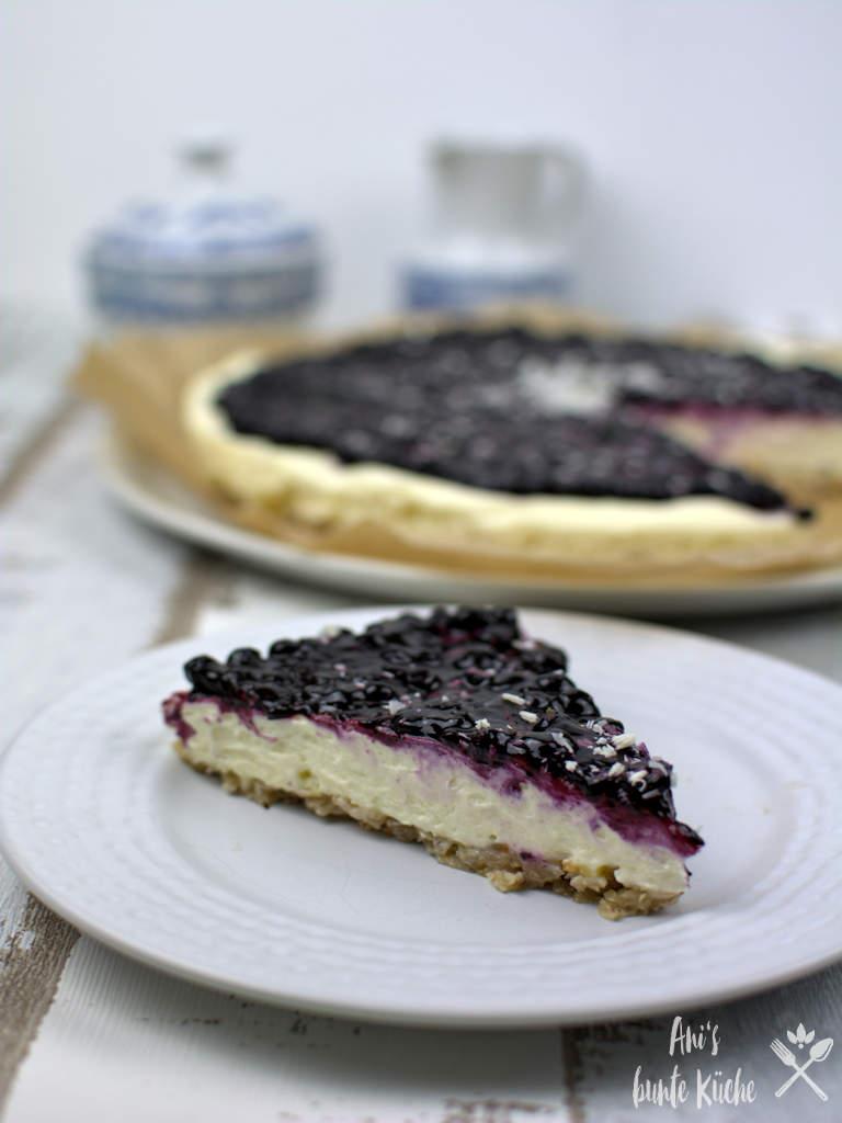 Cheesecake mit weißer Schokolade und Heidelbeeren auf der Kaffeetafel