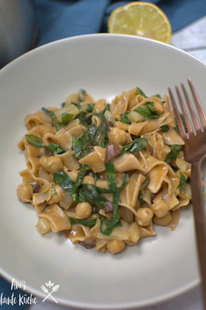schnelles Essen Pasta mit Mangold, Kichererbsen und Oliven