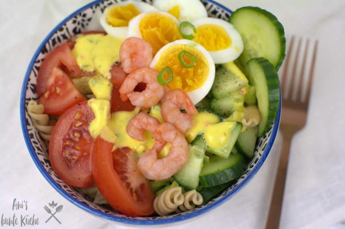 Nudelsalat mit Krabben und Ei und Mangodressing