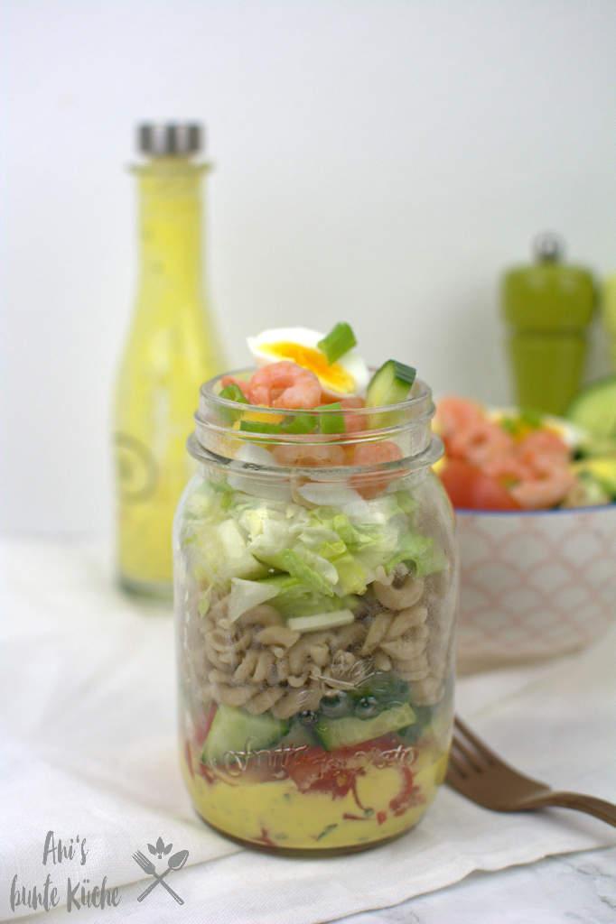Salat im Glas - Nudelsalat mit Krabben, Ei und Tomate