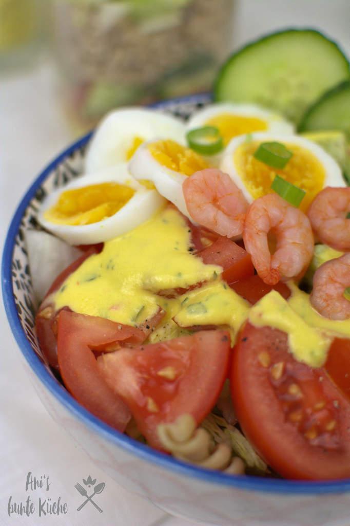 schwedischer Krabbensalat mit Nudeln, Ei und Mango Dressing
