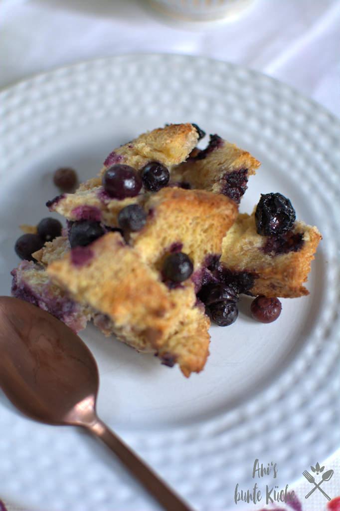 Ein Stück Blaubeer French Toast Auflauf zum Frühstück