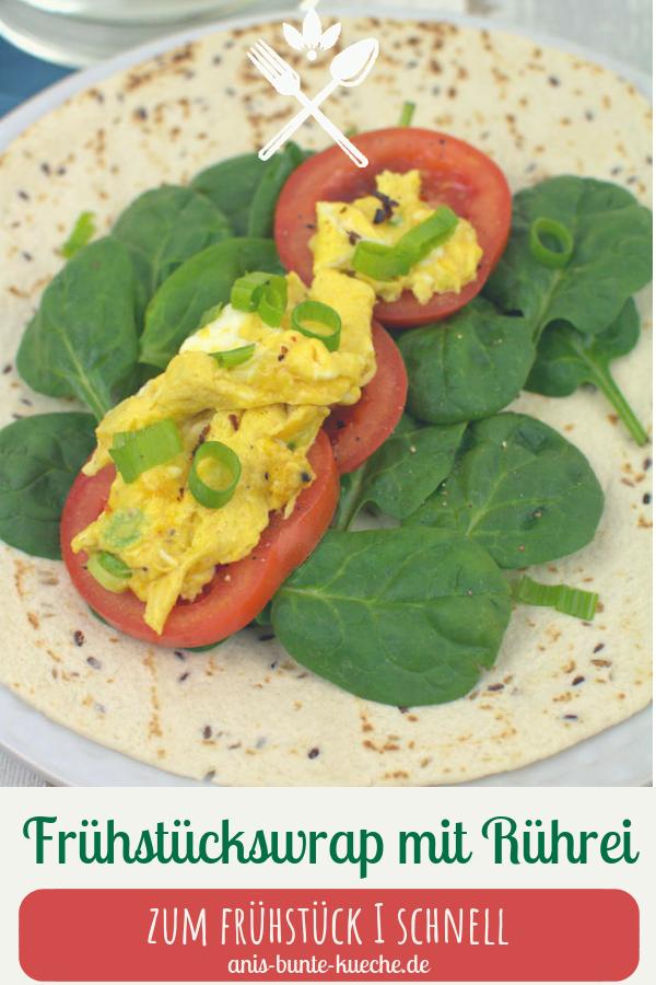 herzhafter Frühstückswrap mit lockerem Rührei, frischem Spinat und Tomate.