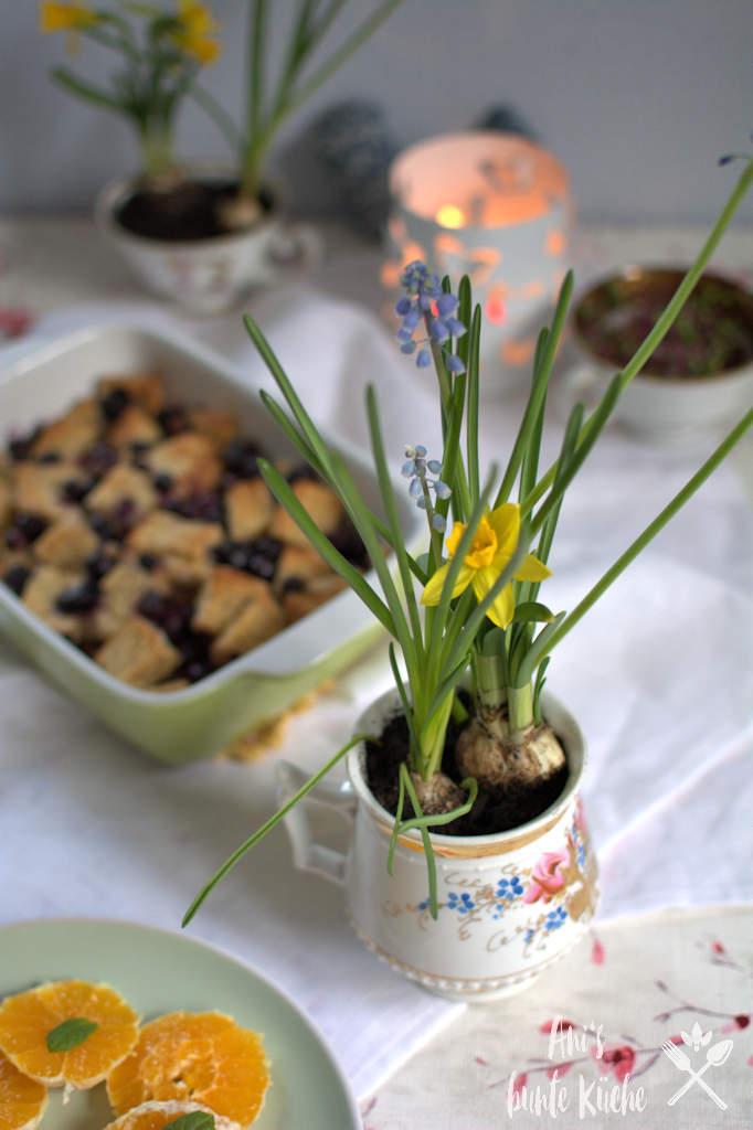 Osterfrühstück mit Frühlingsdeko und Blaubeer French Toast Auflauf