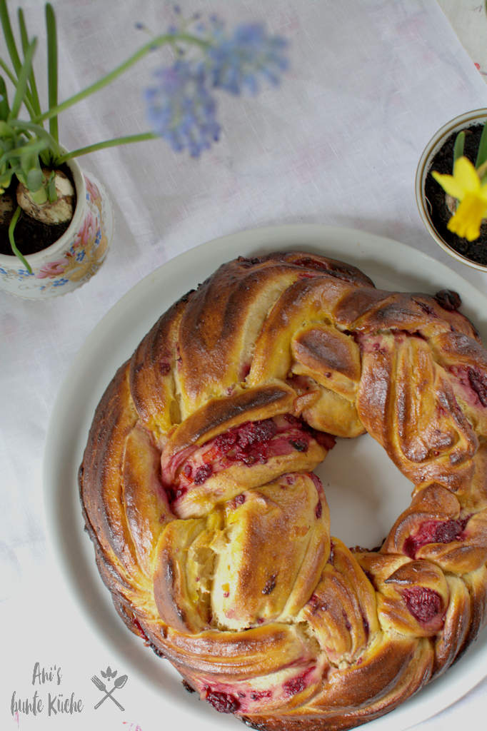 Gefüllter Osterkranz mit Himbeerfüllung auf dem Oster Frühstückstisch