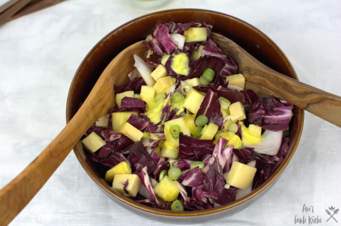 Radicchio Käse Salat mit Ananas und Mangodressing.