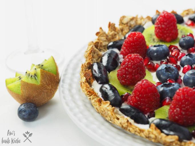 gesunde Frühstücks Tarte mit Früchten und Obst aus Haferflocken