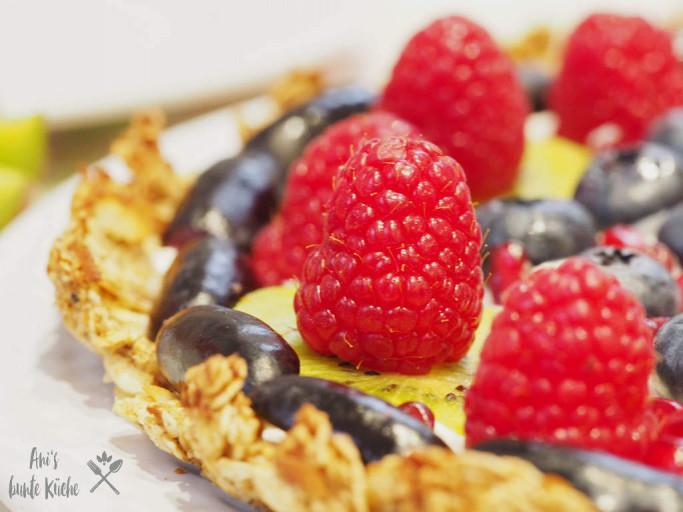 Granola Tarte mit Trauben und Früchten
