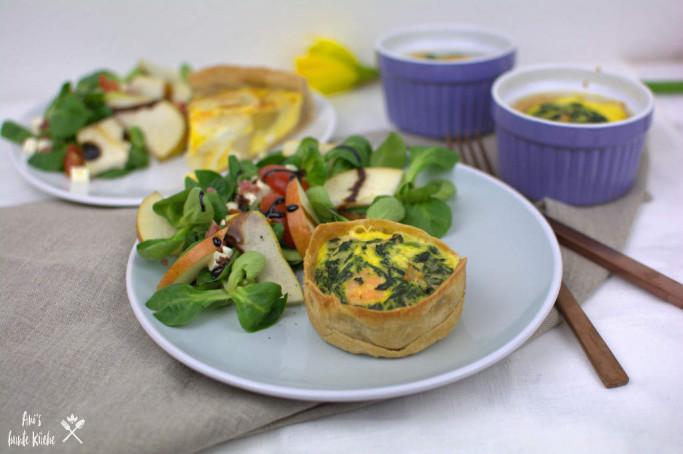 Lachs-Spinat Mini Quiche mit Salat auf dem Teller angerichtet.