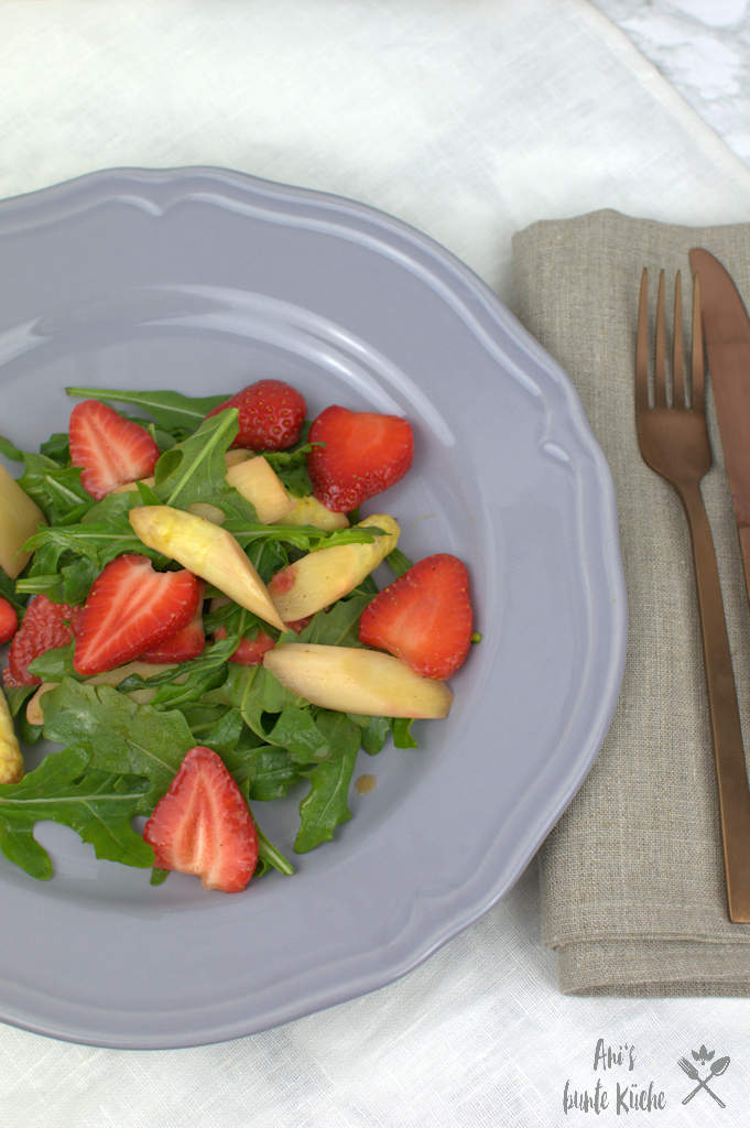 Spargel Erdbeer Salat mit Rucola.
