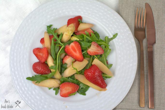 Einfach lecker - Rezept für marinierten Spargelsalat mit Erdbeeren.