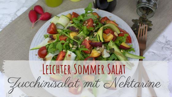 leichter Zucchinisalat mit Nektarine, Tomaten und Rucola.