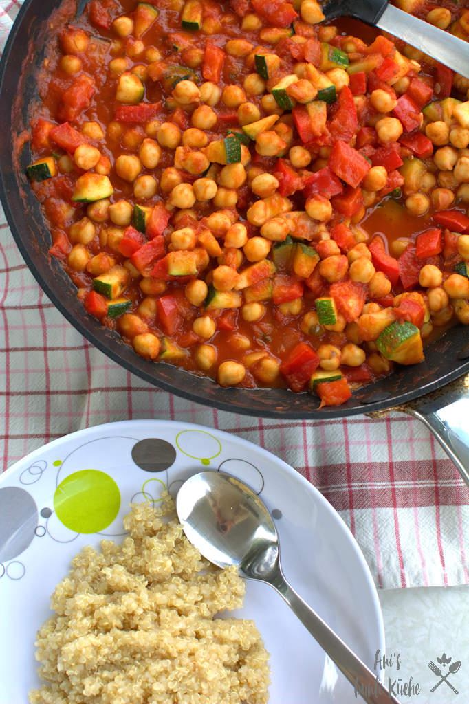 schnelle, vegetarische Kichererbsenpfanne mit Quinoa und Tomatensauce