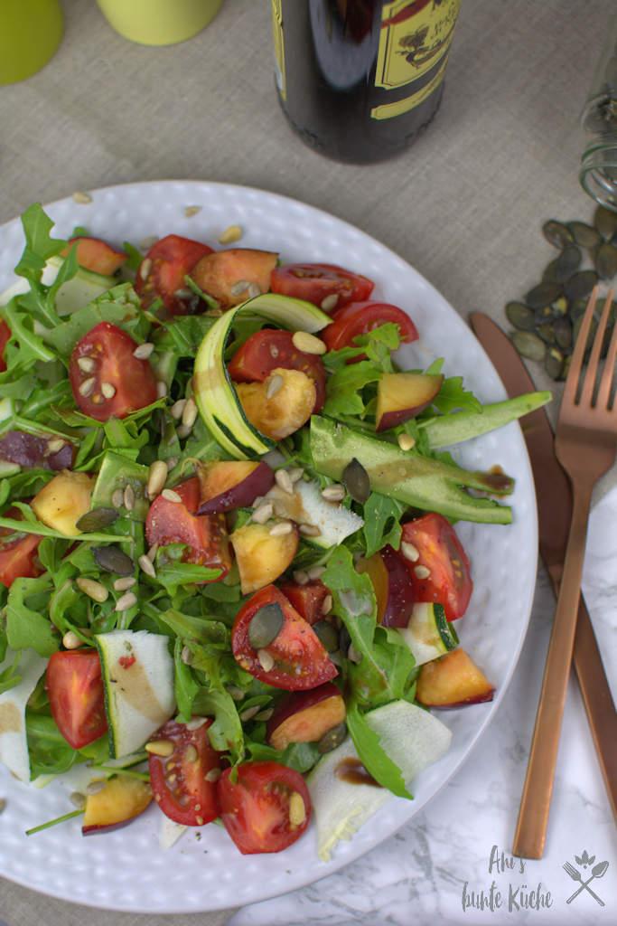 Leckerer Sommersalat für die Grillparty. Salat mit Zucchini, Rucola, Tomaten und Nektarine.