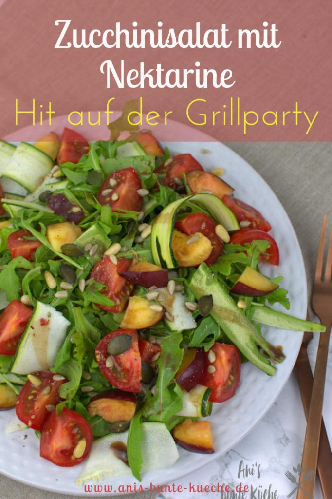 Leckerer Salat fürs Grillfest. Zucchinisalat mit Rucola und aromatischen Tomaten.