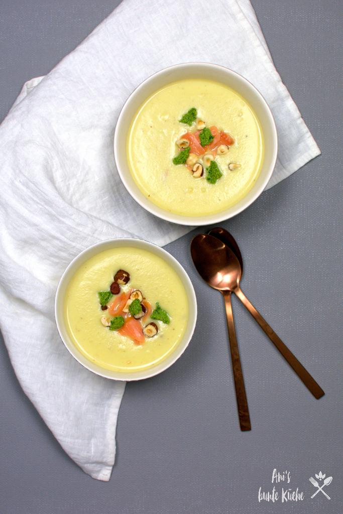 Fein-cremige Sellerie-Birnen-Suppe mit Frühlingspesto und Lachs.