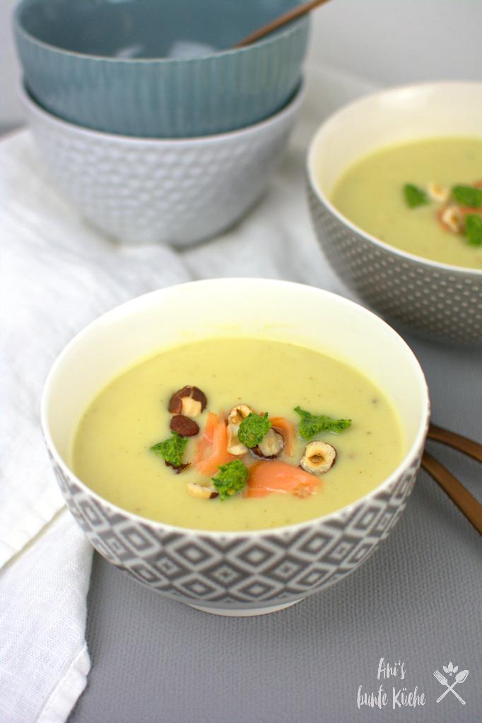 Sellerie-Suppe mit Birnen, Pesto und Lachs.