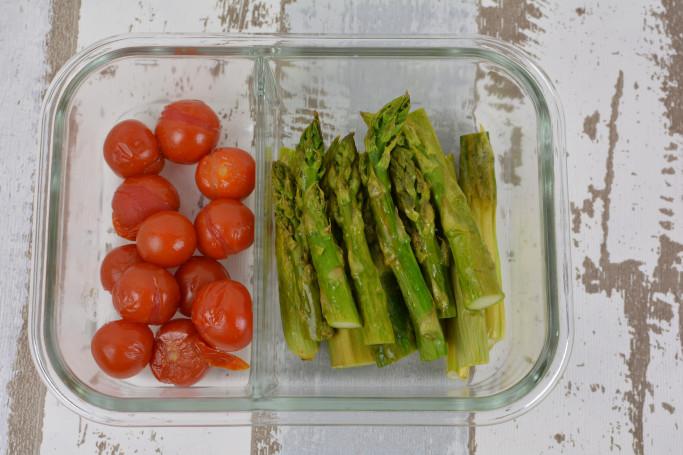grüner Spargel und Tomaten in Vorratsdose
