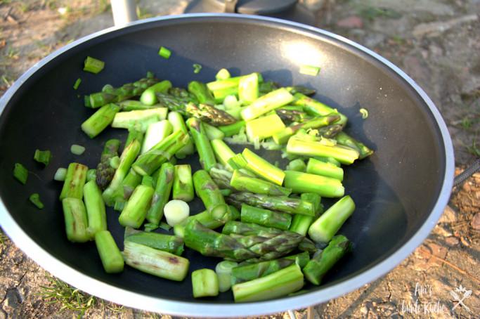 Für den grüner Spargel Couscous zuerst grünen Spargel und Frühlingszwiebeln anbraten