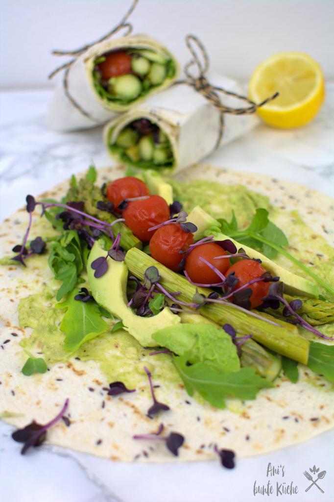 grüner Spargel-Wrap mit Rucola, Tomaten und Avocado