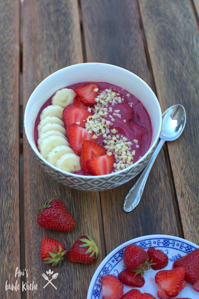 Beeren Smoothie Bowl mit Erdbeeren und Banane