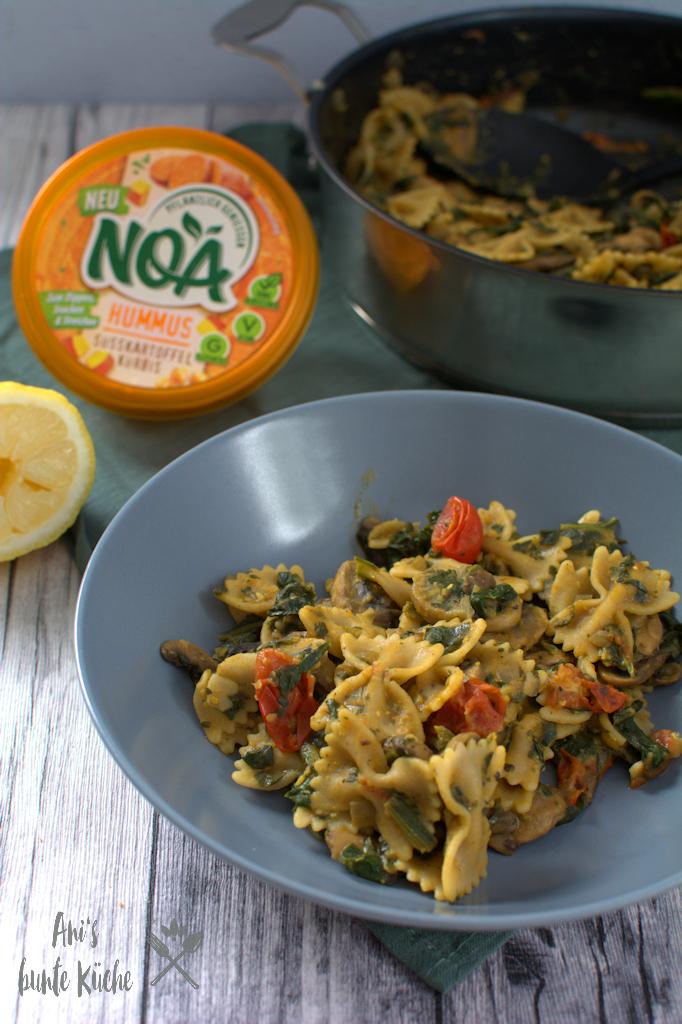 NOA Hummus Süßkartoffel-Kürbis Pasta mit Spinat und Tomaten