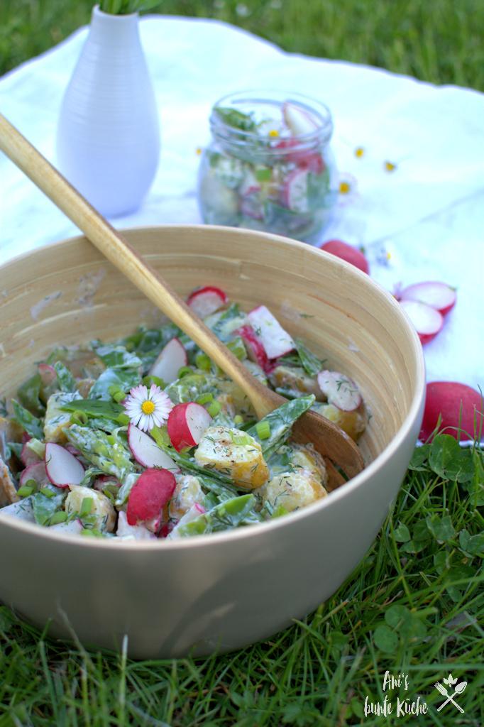 gesunder Kartoffelsalat mit leichtem Dressing, Radieschen, grünem Spargel und Zuckerschoten