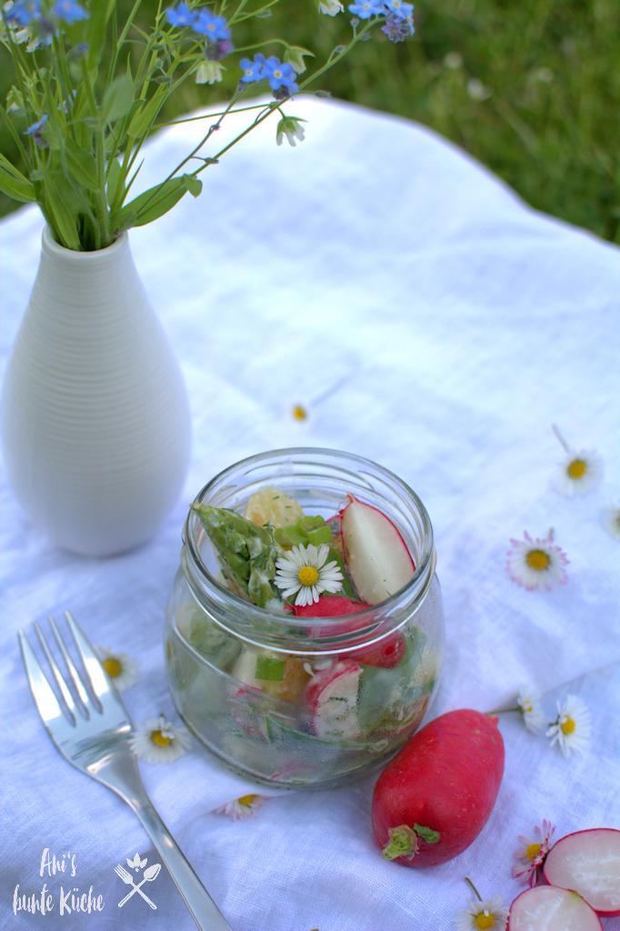 Kartoffelsalat mit buntem Gemüse beim Picknick