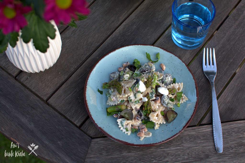 Nudelsalat mit grünem Spargel und Trauben